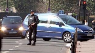 No sábado, o carro transportando Abdelkader Merah, irmão de Mohamed Merah,  chega à Divisão Antiterrorista da Central de Inteligência francesa, região parisiense. .