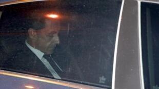 Tsohon Shugaban Faransa Nicolas Sarkozy a kan hanyar zuwa ofishin yan Sanda.