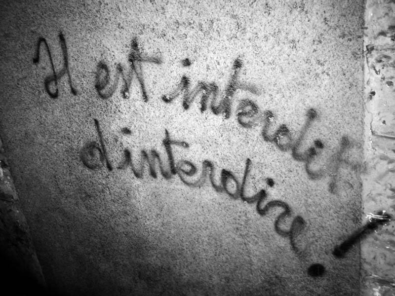 """O slogan """"É proibido proibir"""" sintetiza o espírito de Maio de 68 na França."""