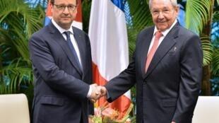 Президент Франции Франсуа Олланд и глава Госсовета Кубы Рауль Кастро в Гаване 11 мая 2015