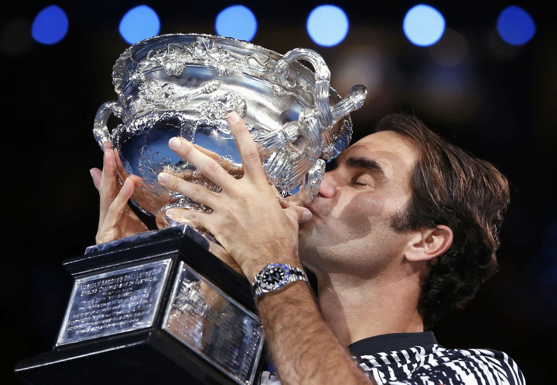 Roger Federer recibe su trofeo del Abierto de Australia de 2017, en Melbourne.