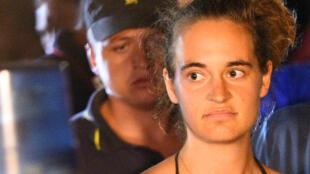 Carola Rackete, capitaine du «Sea-Watch III» âgée de 31 ans, est escortée à bord du navire par la police et emmenée pour interrogatoire à Lampedusa, le 29 juin 2019.