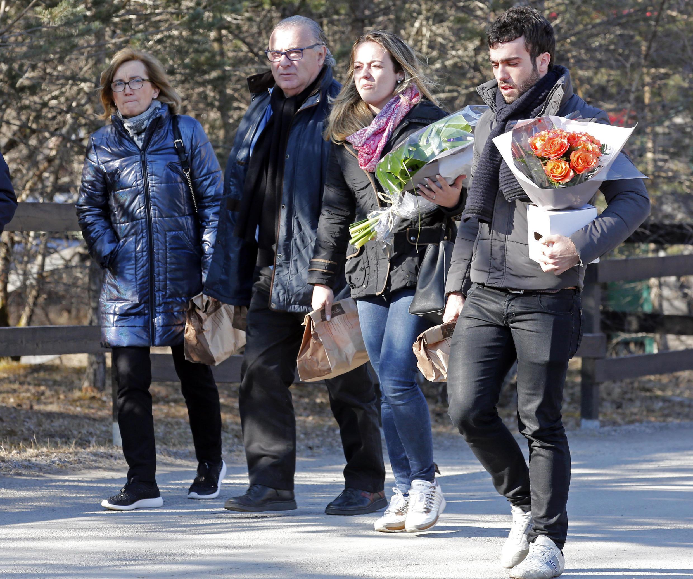 Familiares de vítimas do voo da Germanwings chegam para cerimônia em Vernet, nos Alpes franceses.