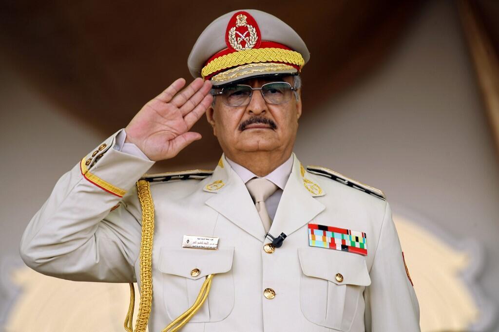 """""""Người hùng"""" Libya, tướng Khalifa Haftar, trong một cuộc duyệt binh ở phía đông thành phố Benghazi, Libya, ngày 07/05/2018."""