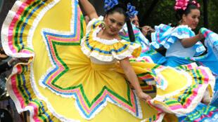 Mujeres vestidas de trajes típicos mexicanos en  Washington D.C. durante los festejos del cinco de mayo.