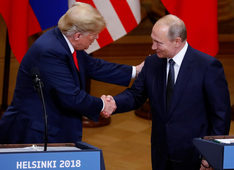 دونالد ترامپ، رئیس جمهوری آمریکا، و ولادیمیر پوتین، رئیس جمهوری روسیه، در پایان کنفرانس مطبوعاتی مشترک خود در هلسینکی، دست یکدیگر را می فشارند - ١٦ ژوئیه ٢٠١٨
