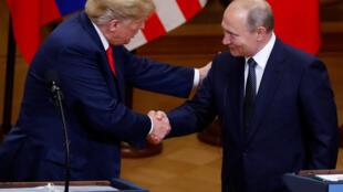 Le président américain Donald Trump et le président russe Vladimir Poutine se serrent la main, lors de la conférence de presse conjointe, à Helsinki, le 16 juillet 2018.