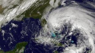 Image de l'ouragan Sandy prise par satellite entre les Bahamas et la côte est des Etats-Unis, le 26 octobre 2012.