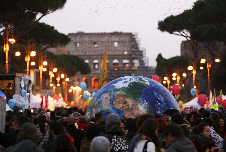 Biểu tình vì khí hậu tại Roma, 29/12/2015. REUTERS/Alessandro Bianchi