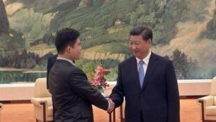 新党发言人王炳忠与习近平握手照片
