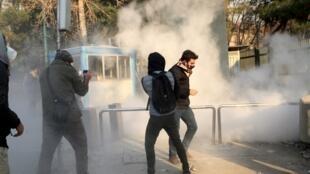 پرتاب گاز اشکآور توسط مأموران امنیتی بسوی دانشجویان در دانشگاه تهران. شنبه ۹ دی/ ٣٠ دسامبر