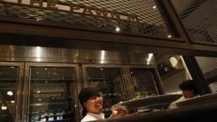 La fameuse et onéreuse soupe aux ailerons de requin ne sera plus servie dans les banquets officiels chinois.