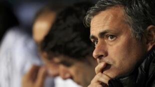 Kocha wa Real Madrid Jose Mourinho akiwa anafuatilia mchezo kwa makini lakini amekiri kuchukizwa na mwenendo wa Klabu yake