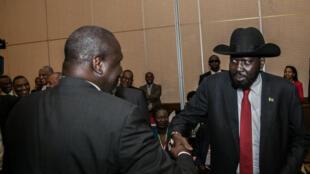 Raisi wa Sudan Kusini Salva Kiir akisalimiana na kiongozi wa waasi Rieck Machar