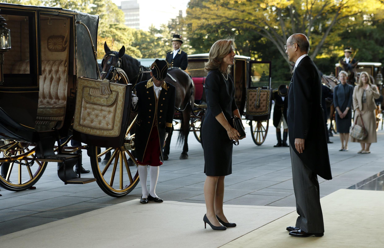 Đại sứ Mỹ Caroline Kennedy và Vụ trưởng vụ Lễ tân Nhật Bản Nobutake Odano - REUTERS /Issei Kato