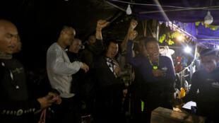 Equipes de busca celebram após terem encontrado crianças desaparecidas em caverna.