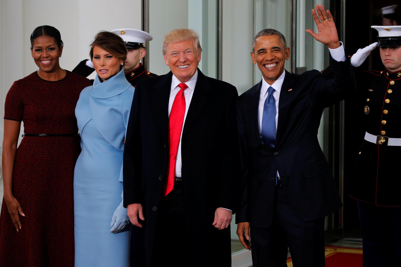 Donald e Melania Trump ladeados por Barack e Michelle Obama