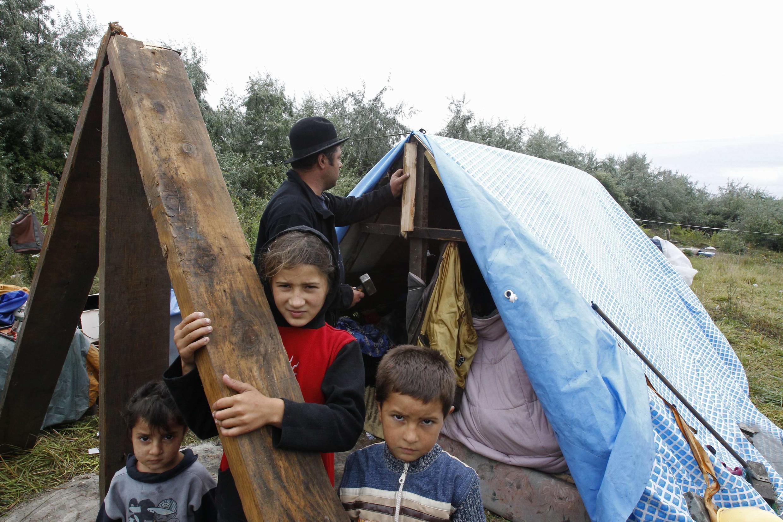 Família vinda da leste europeu vivendo em acampamentos improvisado no norte da França.