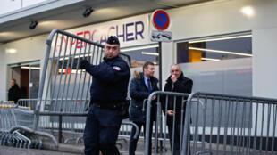 Six personnes cachées lors de la prise d'otages à l'Hyper Cacher le 9 janvier dernier ont porté plainte contre des médias pour mise en danger de la vie d'autrui.