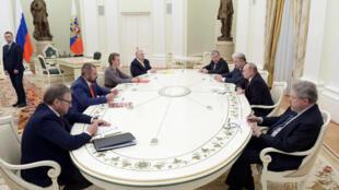 Vladimir Putin (thứ 2 từ phải qua) tiếp các cựu ứng viên tổng thống Nga, Matxcơva, ngày 19/03/2018