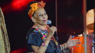 Foto de archivo de la cantante cubana y miembro del Buenavista Social Club, Omara Portuondo, actua en La Habana el 15 de julio de 2018.