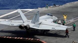 Ảnh minh họa: Một chiến đấu cơ F/A-18 chuẩn bị cất cánh từ hàng không mẫu hạm Mỹ USS Ronald Reagan tại Biển Đông, ngày 30/09/2017.