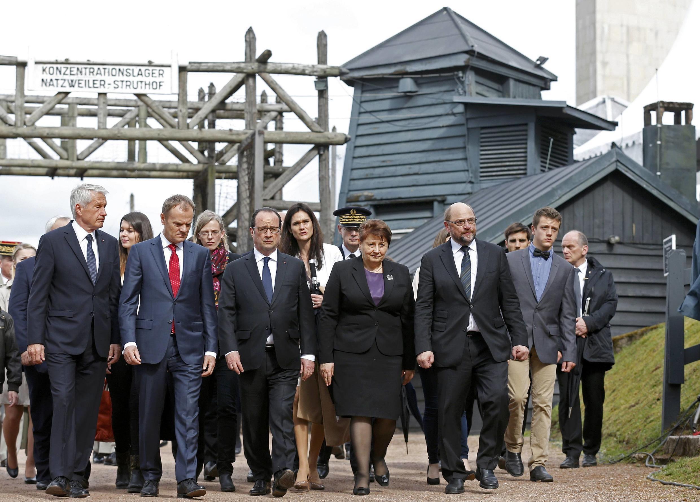 Лагерь Штрутгоф: (справа налево) Т.Ягланд, Д.Туск, Ф.Олланд, Л.Страуюма, М.Шульц, 26 апреля 2015