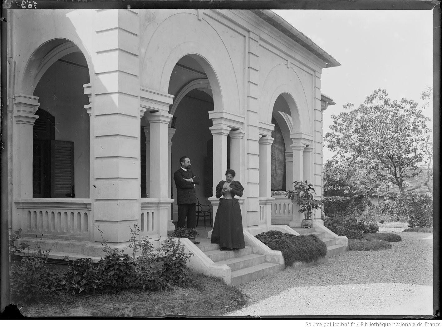 Dinh thự tại Hà Nội của Lucien Faure, chánh văn phòng toàn quyền Paul Doumer. Ảnh chụp năm 1898.