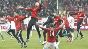 El equipo de Hungría celebra su victoria ante Noruega, este 15 de noviembre de 2015.