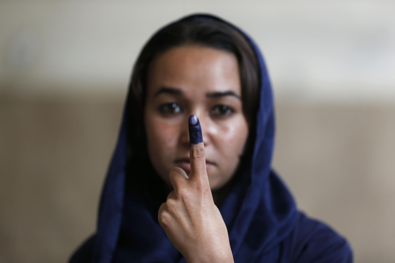 Une Afghane vient d'accomplir son devoir de citoyenne, le samedi 14 juin 2014 à Kaboul.