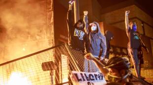 Manifestantes en Minneapolis, Minnesota, durante una protesta por la muerte del afroestadounidense George Floyd bajo custodia de policías blancos.