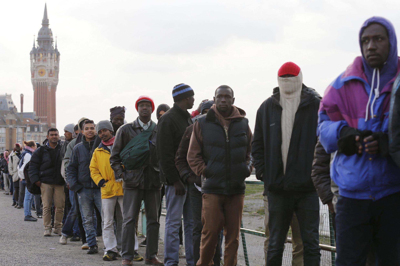 Inmigrantes esperan para la distribución de alimentos en Calais.