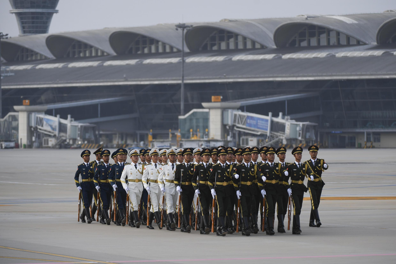 Le président ouzbek Shavkat Mirziyoyev est accueilli avec les honneurs à l'aéroport de Qingdao.