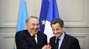 Le président français Nicolas Sarkozy et le président kazakh, Noursoultan Nazarbaïev (g), lors de la signature des accords commerciaux, au palais de l'Elysée à Paris, le 27 octobre 2010.