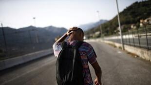 Un migrant marche près de vallée de la Roya, le 8 août 2017, près de la frontière entre l'Italie et la France. Les ONG accusent le gouvernement de concentrer les contrôles sur les frontières sur ce passage, au lieu de lutter contre le terrorisme.