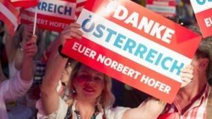C'est le FPO de haute Autriche qui a nommé le peintre décrié Odin Wiesinger. Sur la photo, des supporters du parti d'extrême droite FPÖ lors du second tour de l'élection présidentielle à Vienne (Autriche), le 22 mai 2016 (Illustration).