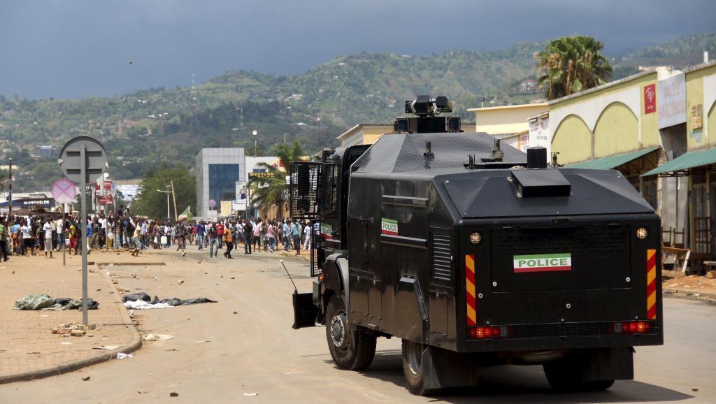 Polisi ilitumia mizinga ya maji kwa kuwatawanya waandamanaji jijini Bujumbura Aprili 17 mwaka 2015.