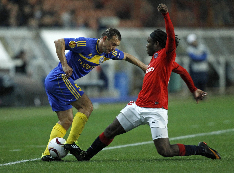 Péguy Luyindula (d) se mue en défenseur face à Alexandre Yourevich.