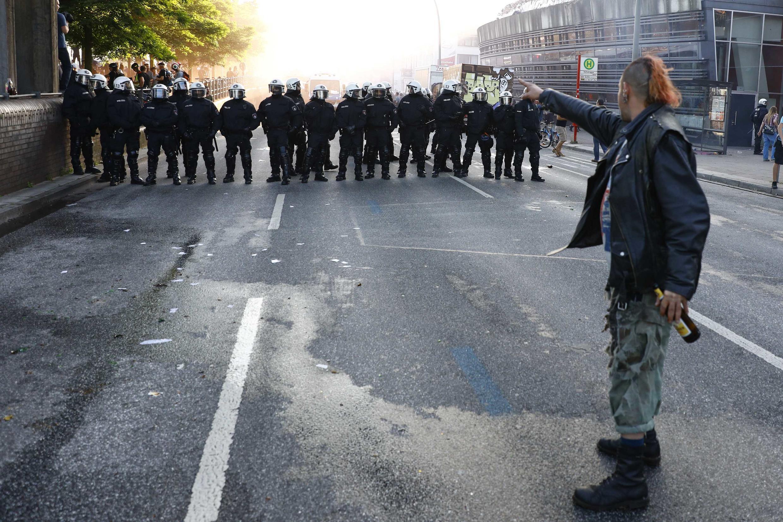Manifestante enfrenta a polícia em manifestação em Hamburgo