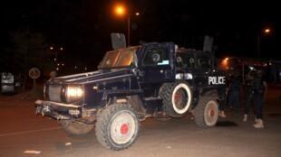La police malienne sur le site de l'hôtel attaqué à Bamako, lundi 21 mars 2016.