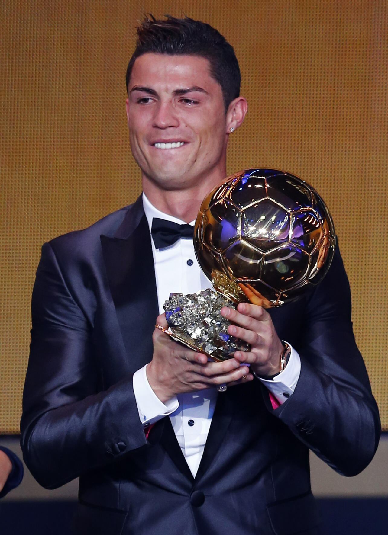 Cristiano Ronaldo com a Bola de Ouro 2013 na Gala da FIFA em Zurique na Suíça