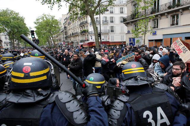 Policiais reprimem manifestantes com cacetetes durante protesto contra reformas de Emmanuel Macron, em Paris.