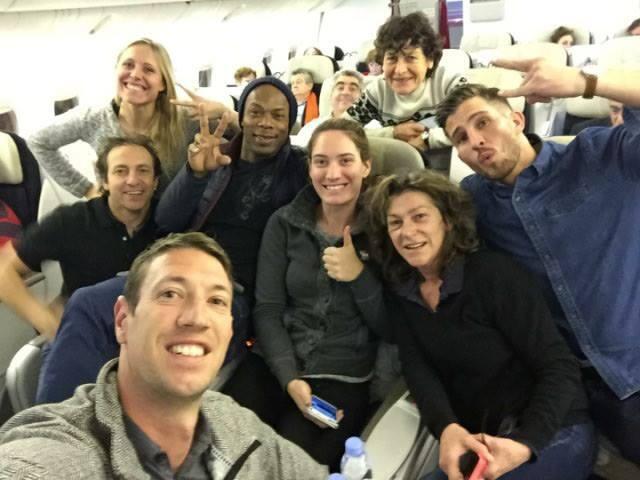 Les huit sportifs français du jeu «Dropped», vendredi lors de leur départ vers Buenos Aires.