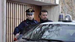 Francesco Schettino, capitão do navio Costa Concordia, é preso após o naufrágio.