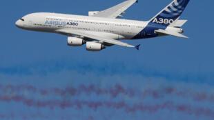 Airbus A380 bay biểu diễn trong ngày khai mạc Triển lãm hàng không quốc tế Le Bourget lần thứ 52 ngày 19/06/2017.