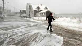 A primeira grande tempestade de inverno de 2014 trouxe temperaturas geladas e ventos, que deixaram algumas áreas de Massachusetts com quase 60 centímetros de neve.