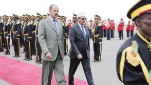 Le président érythréen, Issayas Afewerki (G) marchant à côté du président somalien, Mohamed Farmajo, à son arrivée à Asmara, en Erythrée, pour une visite de trois jours, le 28 juillet 2018.