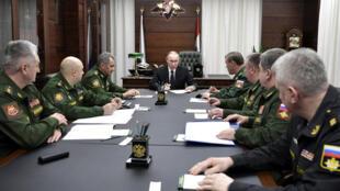 Tổng thống Nga Putin (giữa) họp với các lãnh đạo bộ Quốc Phòng, Matxcơva, 22/12/2016.