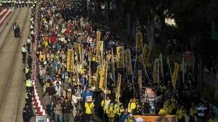 Hàng chục nghìn người Hồng Kông biểu tình đòi bầu cử phổ thông đầu phiếu và đòi ông Lương Chấn Anh (Leung Chun-ying) từ chức, 01/01/2014.