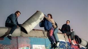 Des Berlinois démontent des morceaux du Mur, le 16 novembre 1989.